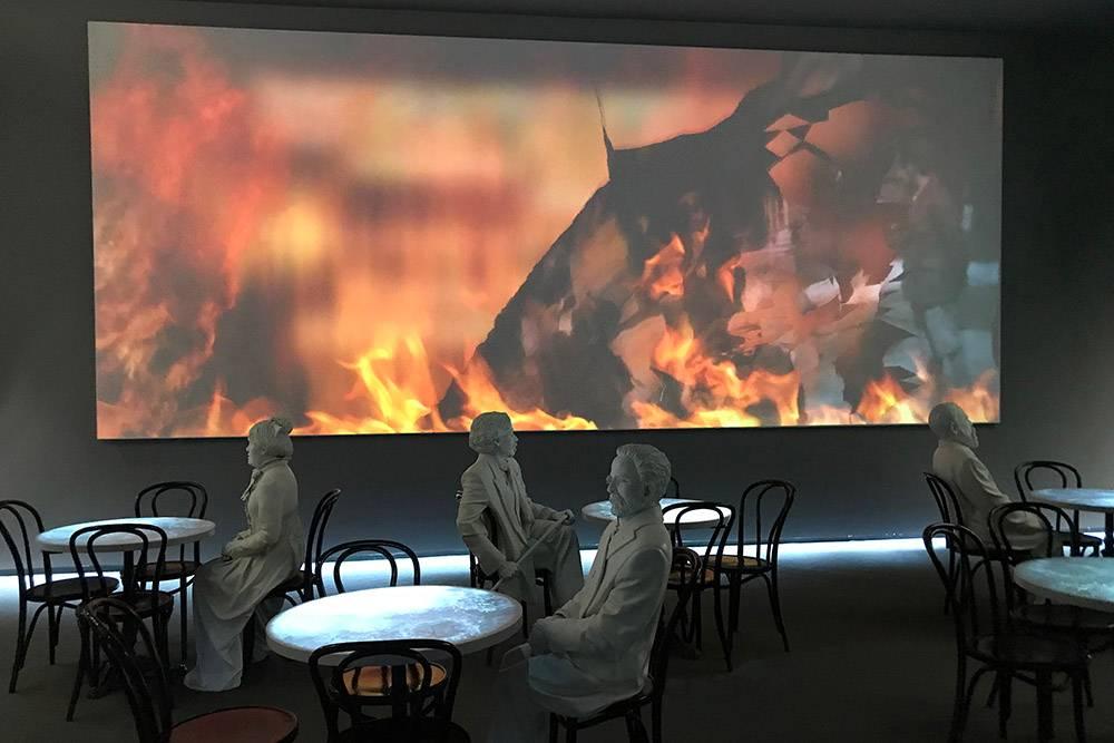 В зале проецируют изображения не только на стену, но и на столы «кафе»