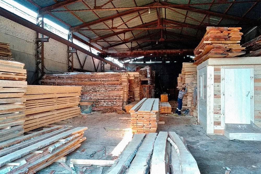Мануфактура сотрудничает с поставщиками пиломатериалов из разных городов России. Это склад поставщика пиломатериалов из Самары, у которого предприниматели закупают березу