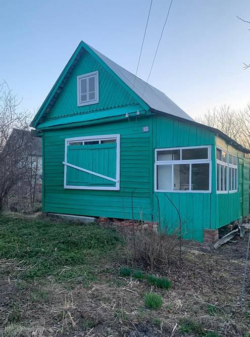 Дачный домик — хоть и старый, но еще крепкий. На зиму окна закрывали ставнями, чтобы не лазили и не били стекла