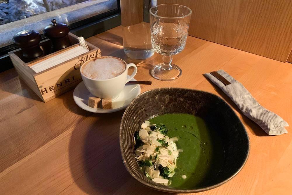 Изысканный суп с брокколи, рикоттой и миндальными слайсами