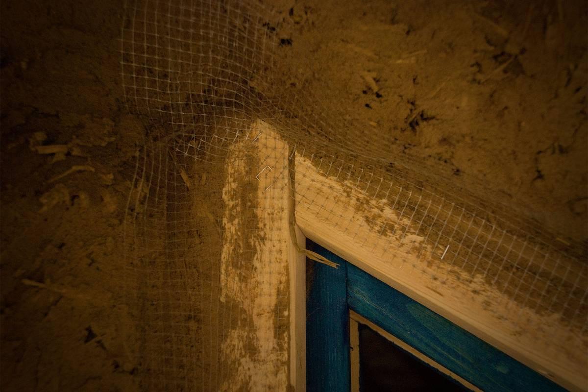 Многие окна в нашем доме треугольной формы из-за контура крыши. На этой фотографии видно, как мы штукатурили соединение оконного проема и стены: клали мелкую пластиковую арматуру