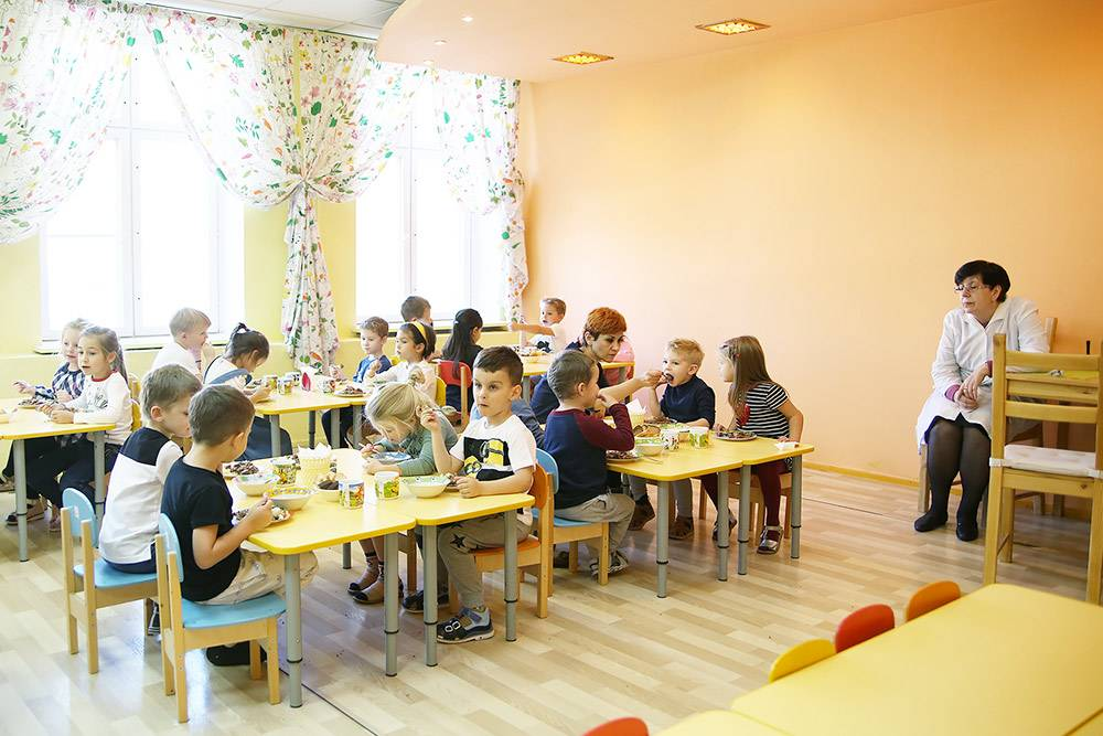 Часто в детских садиках столовую совмещают с игровой комнатой. В «Интересном детском саду» дети едят в отдельном помещении
