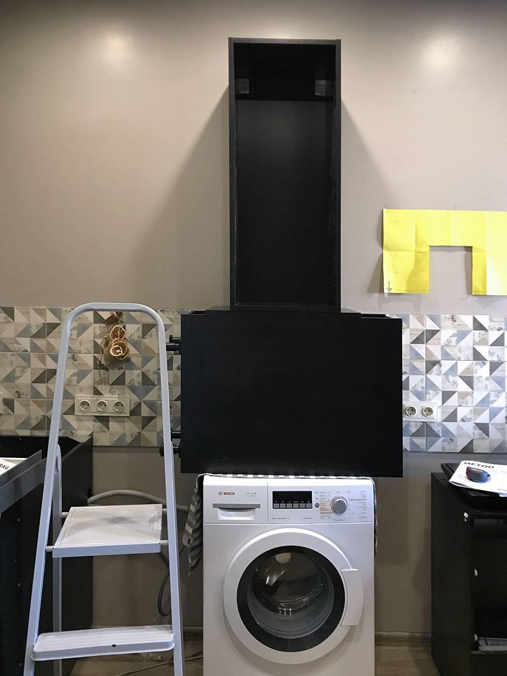 Чтобы наметить место дляшины, мы приложили один верхний каркас к стене. Держать его не хотелось — поставили на стиральную машину и еще один каркас