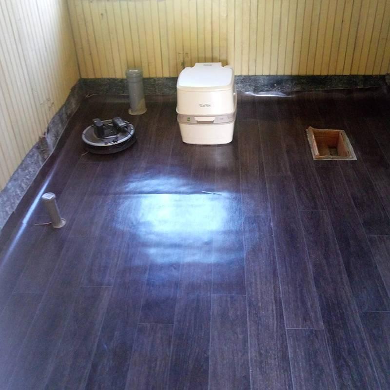 Это ванная комната сразу после ремонта фундамента и полов. Еще во время заливки бетона мы предусмотрели разводку труб и сделали выводы подсантехнику и стиральную машину. Но биотуалет еще тут
