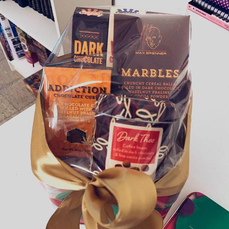 Набор шоколада в подарок. Перевязали его кривенько, но у меня самой получилосьбы не лучше
