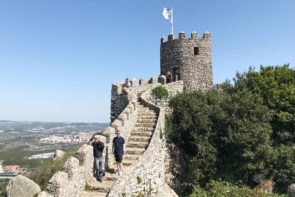 На стенах замка Мавров очень ветрено