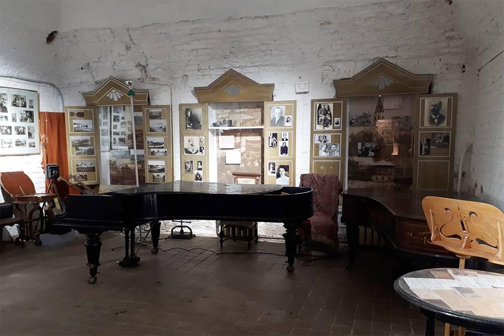 Часть музейных экспонатов поместили в ниши-окошки
