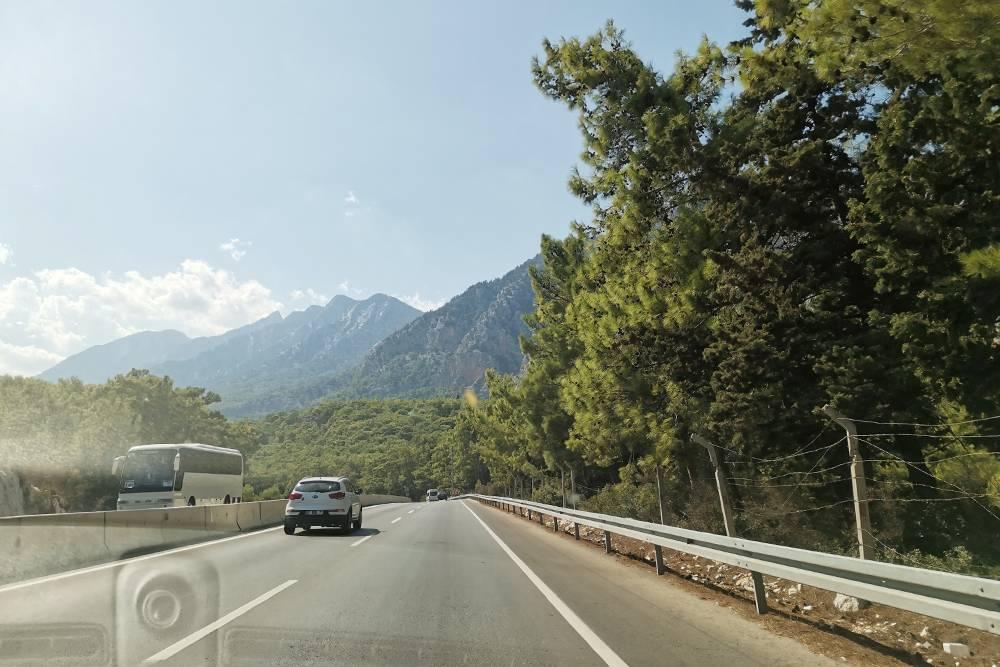Путь по D-400 в сторону Кемера. Трасса пролегает вдоль гор и сквозь них. По пути будет несколько туннелей. Красиво!