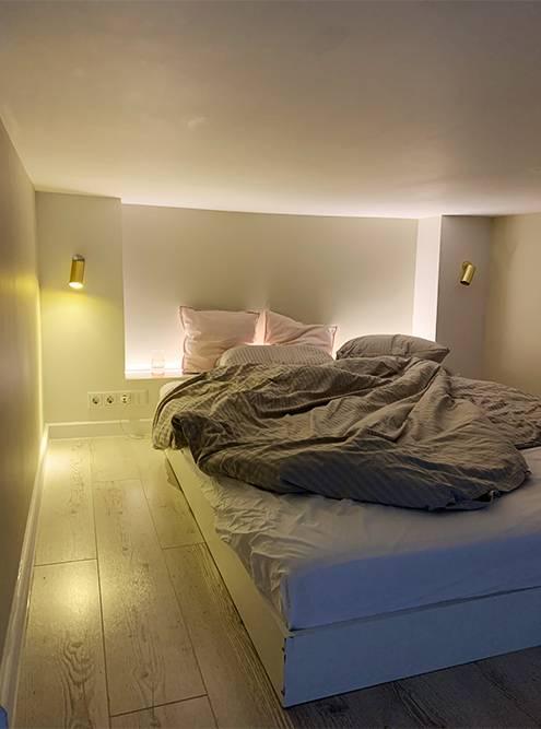 В Петербурге часто встречаются двухуровневые студии. Обычно это узкие комнаты с высокими потолками в бывших коммунальных квартирах