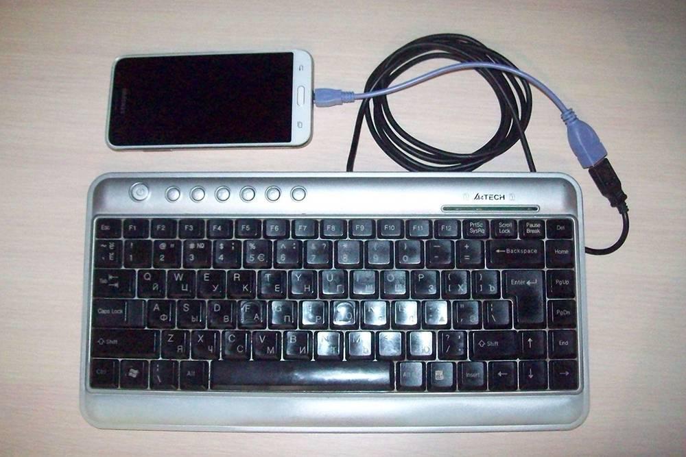 Походный набор исследователя: телефон и клавиатура. Эти нехитрые приспособления помогают развивать бешеную скорость конспектирования архивных материалов