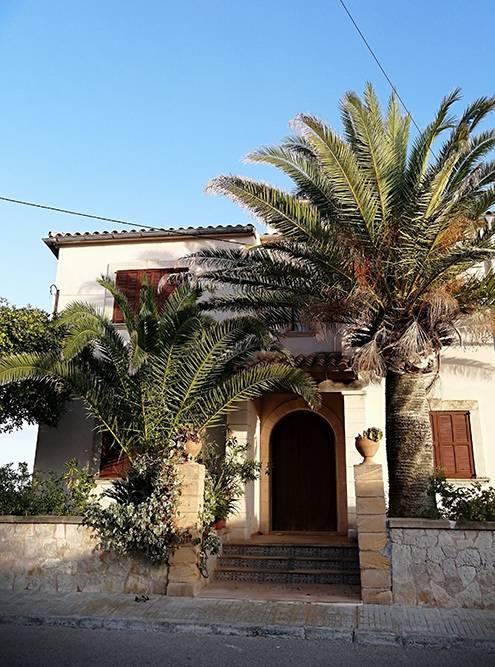 Симпатичный дом в нашей деревне. Чаще всего такие дома — это летние резиденции мальорканцев. Зимой здесь никто не живет