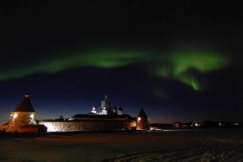 Северное сияние над поселком Соловецкий чаще всего бывает в марте. Фото: Алексей Пудов