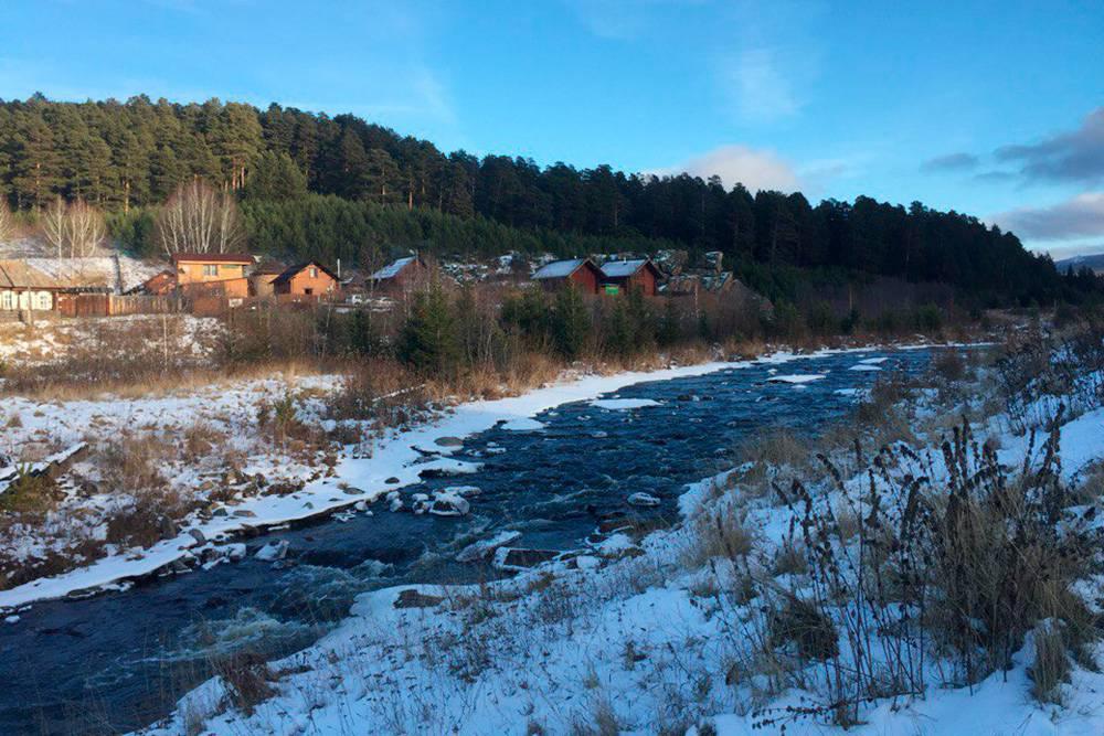 В поселке Тюлюк хорошо развита инфраструктура: множество гостевых домов, кафе, магазины