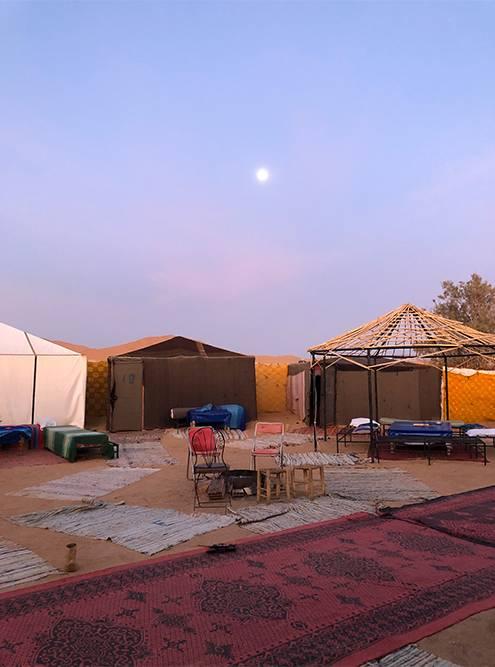 Так выглядит общая зона в лагере. Вокруг — палатки, в которых стоят полноценные кровати
