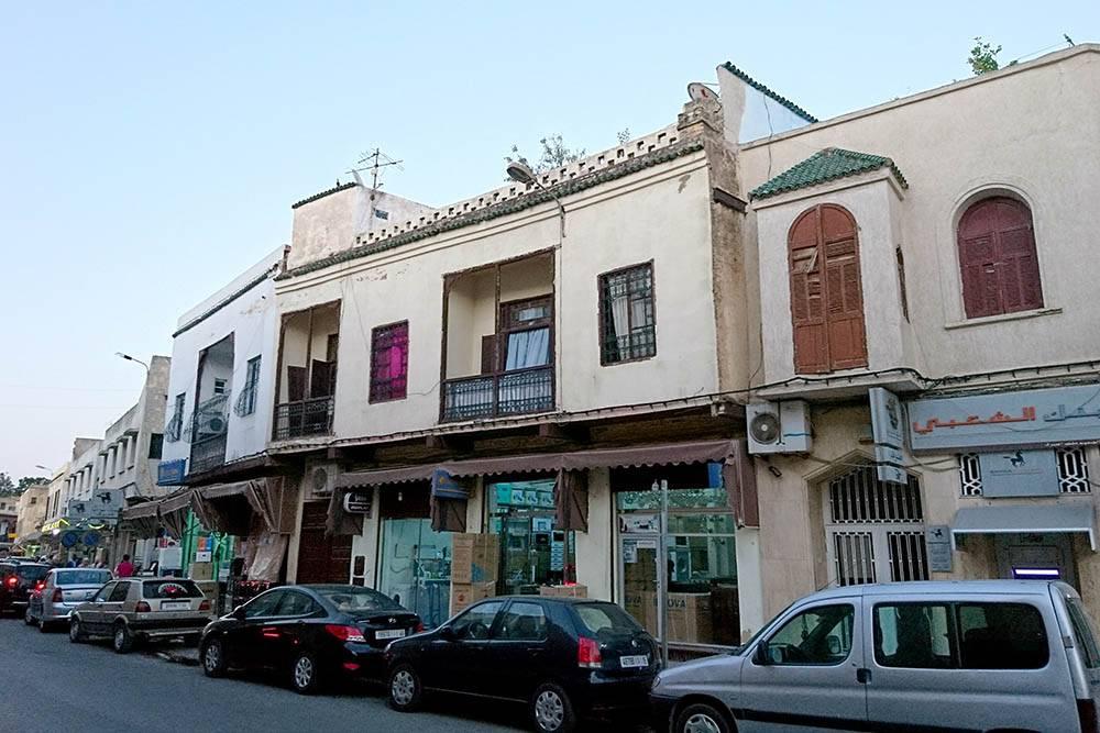 На улицах Марокко много автомобилей. Все паркуются впритык к другим машинам