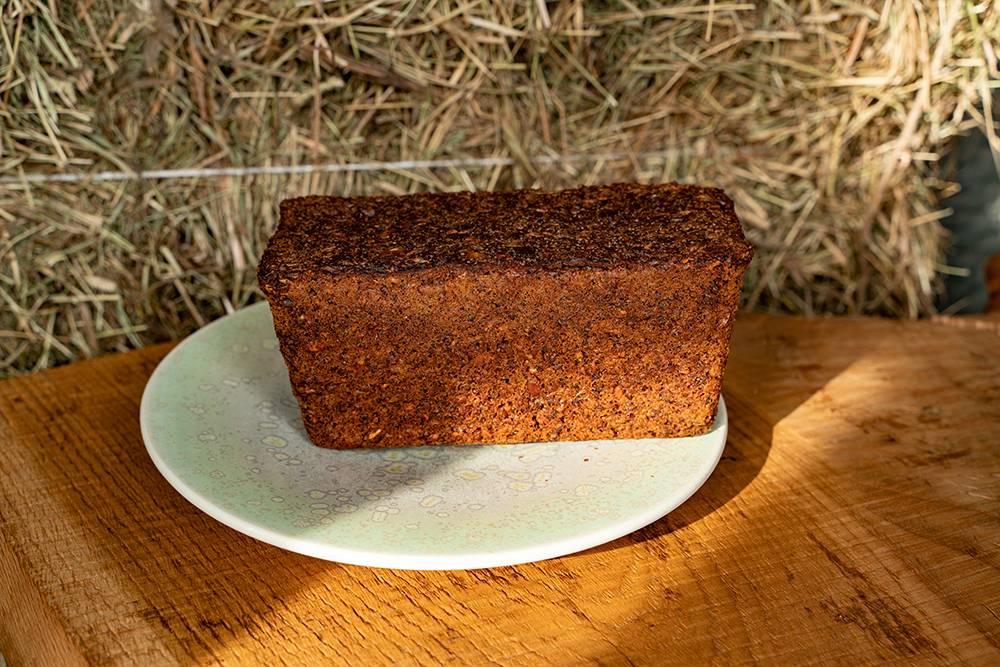 Датский хлеб — плотный, насыщенный, питательный. Вего составе спельта тонкого помола, ржаная цельнозерновая мука, пахта, темное пиво, вода, солодовый сироп, пророщенная рожь, лен, кунжут, тыквенные семечки, семечки подсолнуха. Фото: Виктор Юльев