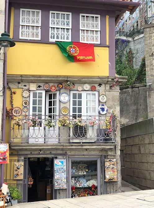 Только гуляя пешком по городу, можно случайно встретить подобные живописные домики