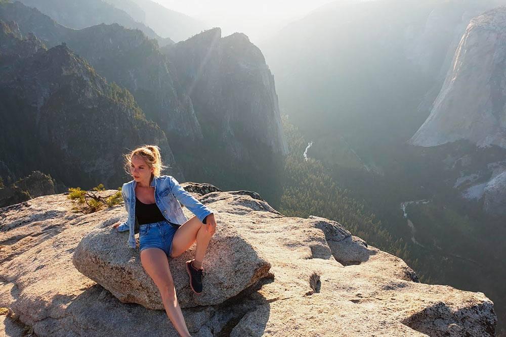Смотровая площадка Taft Point с видом на долину Йосемити. Путь от места парковки автомобиля занимает около получаса в одну сторону. Тропинка идет через густой лес, поэтому лучше не ходить там после захода солнца