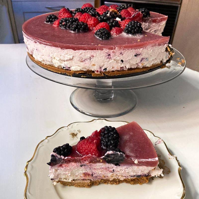 Торт, который Н. сделал мне на день рождения, — это чизкейк с малиной и ежевикой