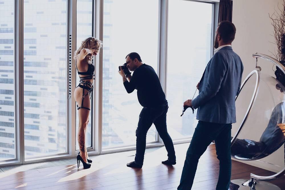 Мы тратим много времени и денег, чтобы получить красивые фотографии, которые потом оказываются в аккаунтах конкурентов. Это бэкстейдж со съемки. В кадре модель, видеограф и ассистент. За кадром остались фотограф и основательница бренда. Визажист уже ушел. Одна фотосессия стоит нам от нескольких тысяч до нескольких десятков тысяч рублей: только моделям за съемку мы можем платить до 5000—10 000<span class=ruble>Р</span> в час