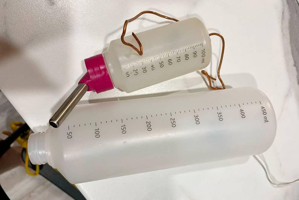 Вверху поилка, доставшаяся вместе свитриной. Лаки выпивает воду изнее за 2—3 дня. В нижней поилке водабы стояла несколько недель