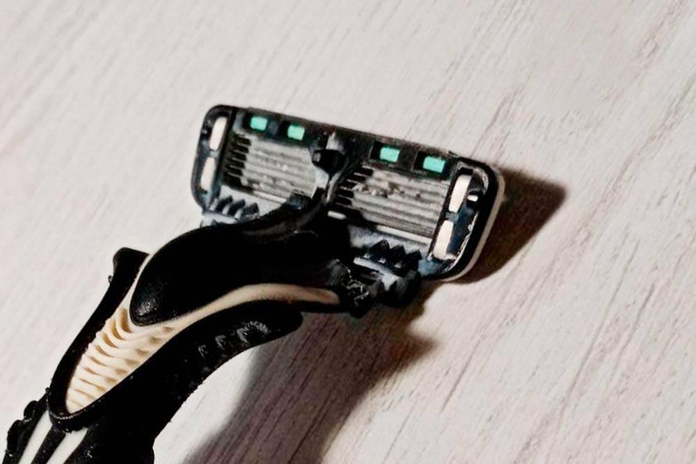 Так выглядит кассета моей бритвы с большим увеличением. После каждого бритья я промывал ее под струей горячей воды, но удалить остатки пены и сбритых волос не получается