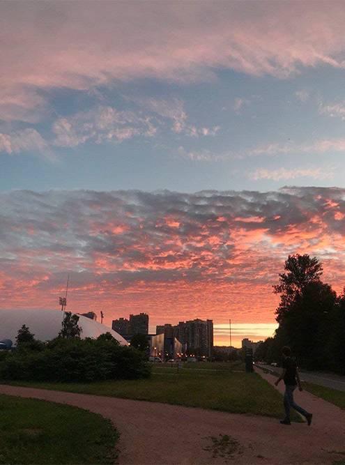 Рядом с академией «Зенит» есть отличная прогулочная зона, с которой по вечерам открывается потрясающий вид на закат