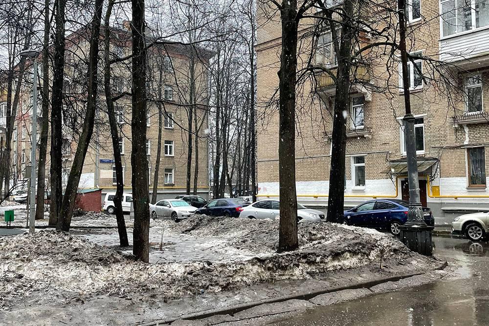 На улице снова выпал снег. Обсуждаем, что не зря мы не стали менять резину с приходом первых теплых дней