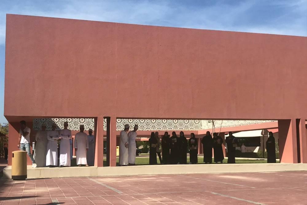 Обычно на занятия в университете молодые оманцы надевают дишдаш — это белая рубашка-платье. А местные девушки часто носят абайю — черную накидку, закрывающую все, кроме лица и кистей