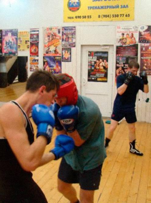 Спортсмен слева наносит удар снизу, а боксер справа отрабатывает защиту локтями