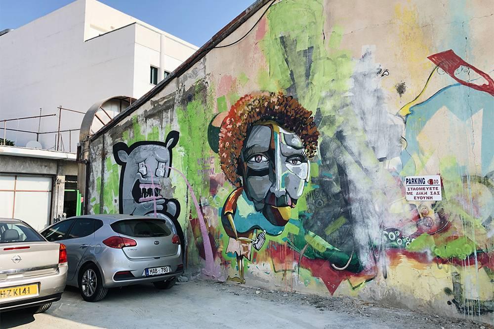 Бесплатно припарковать автомобиль в Старом городе сложно. Оставить машину на коммерческих парковках на час-два стоит 2—2,5€