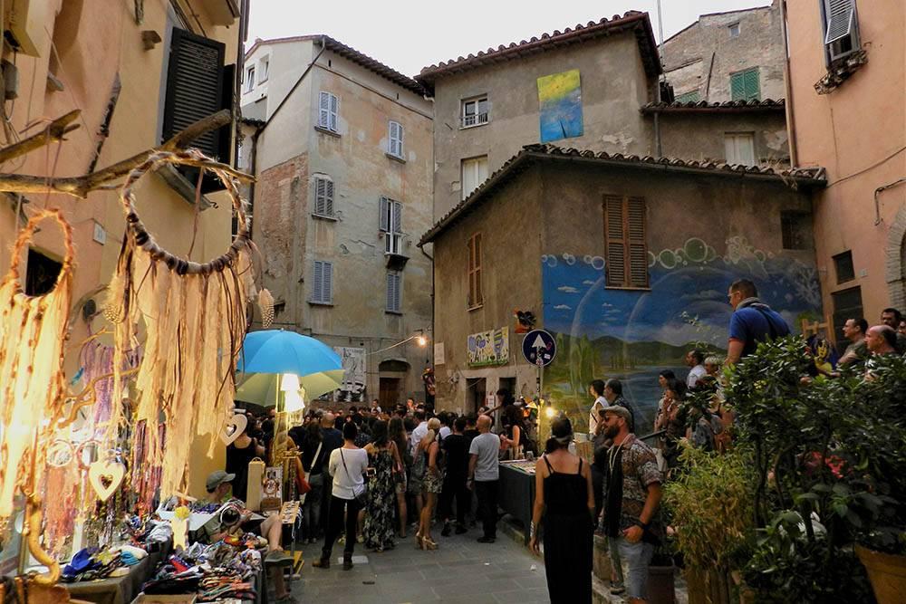 На улице Виа делла Виола есть несколько баров. Там перуджинцы встречаются с друзьями