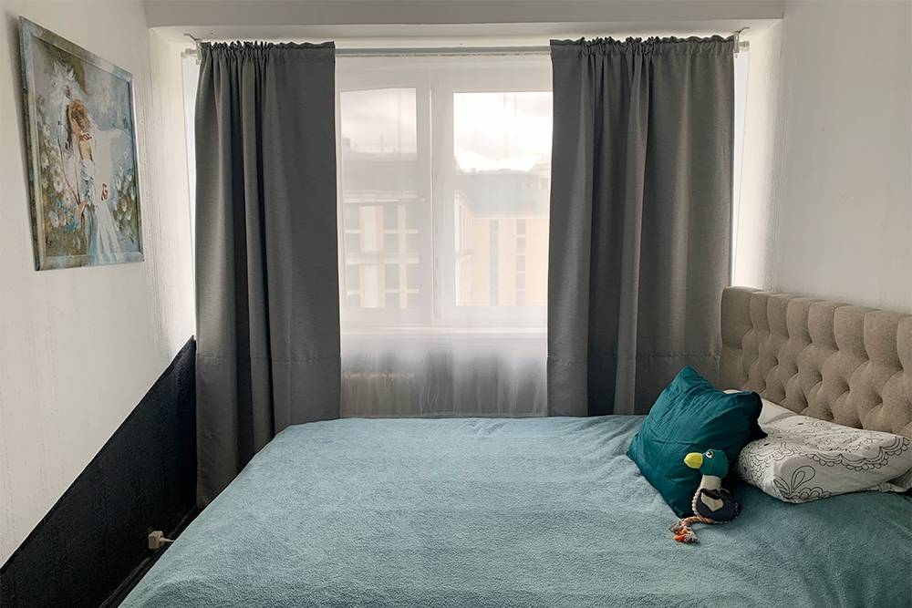 Так выглядит наша спальня: по фиолетовому углу мы не скучаем. Кровать у нас уже была — мы просто перевезли ее из предыдущей квартиры