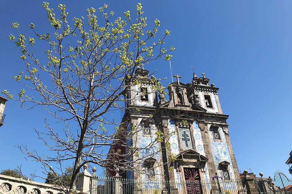 И бело-синяя церковь Igreja da Santíssima Trindade