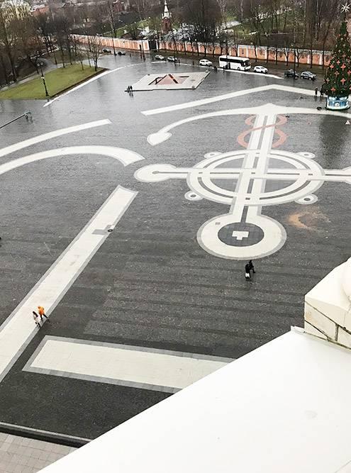 Именно с колокольни собора видно, что узор плитки на площади — это изображение якоря