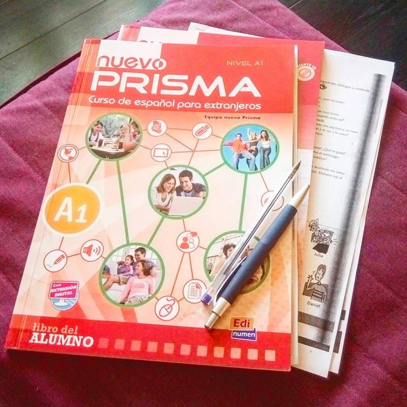 На курсах мы занимались по учебнику и рабочей тетради Nuevo Prisma. Мне они понравились балансом: заданий на чтение, аудирование, письмо, словарный запас и грамматику было поровну. Не было ощущения, что учишь что-то одно, а остальное проседает