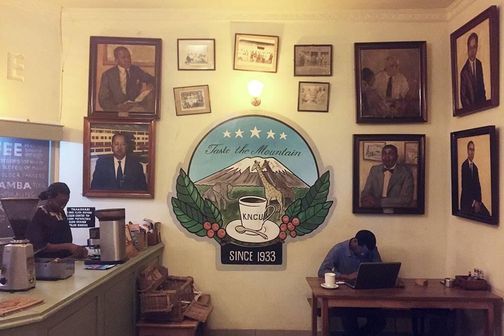 Единственная «европейская» кофейня вМоши Union Cafe. Это представительство союза кофейных производителей изАруши — онпомогает небольшим производителям делать кофе лучшего качества, расширять зоны сбыта, продавать егодороже исокращать издержки