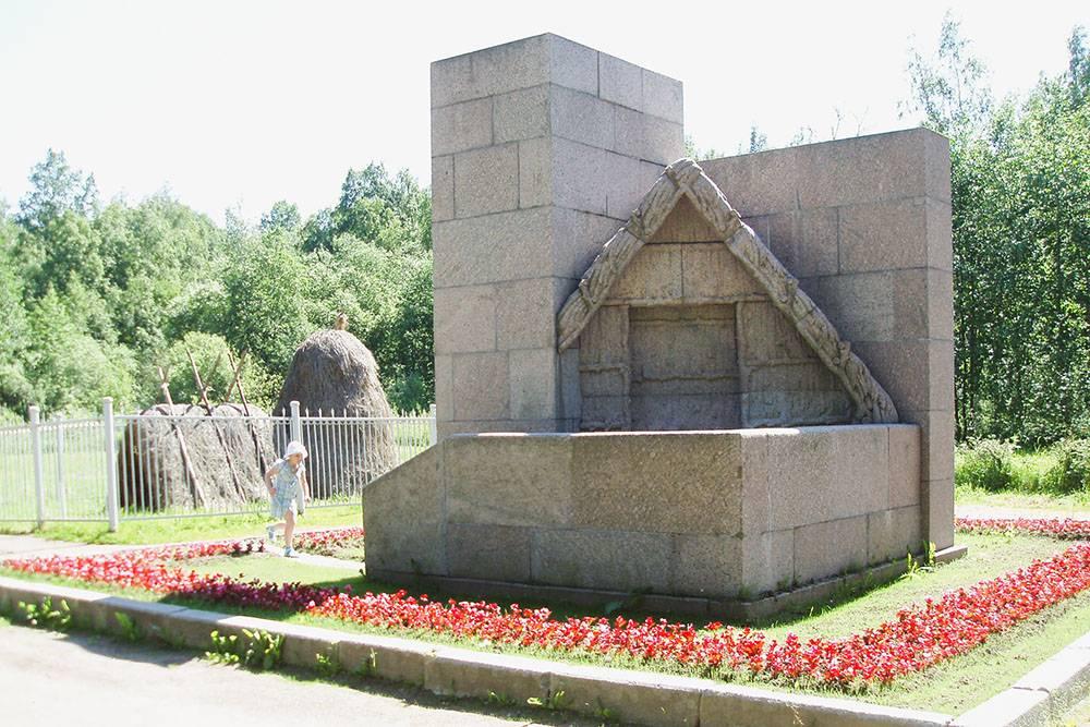 В 1928году к соломенному шалашу поставили гранитный. Тот соломенный шалаш, который стоит там сейчас, не настоящий: это современная реконструкция. Источник: музей «Шалаш»