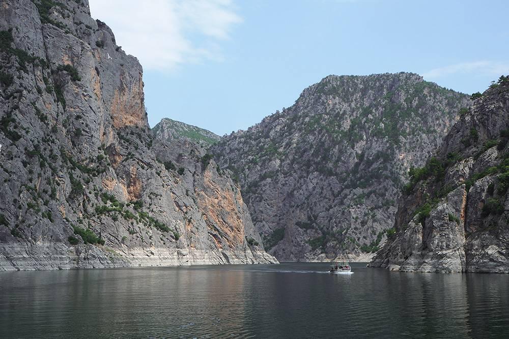 Места очень красивые: высокое ущелье, лазурная вода, в воздухе парят орлы, а вокруг хвойный лес. Здорово былобы приехать сюда с палатками на несколько дней