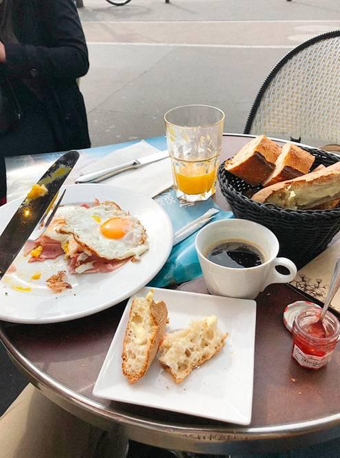Нет ничего лучше свежего хлеба со вкусным маслом и вареньем на завтрак