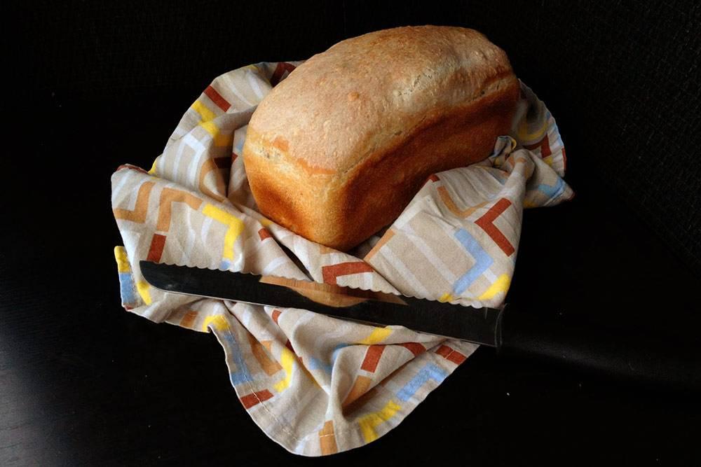 Пшеничный формовой хлеб на закваске с добавлением цельнозерновой муки. Такой хлеб делается безобминок. Выпечен в форме Л-7 с предыдущей фотографии. Каждый раз хлеб получается немного разным: поднимается чуть выше или чуть ниже. Это зависит от того, насколько хорошо расстоялось тесто. В этот раз хлеб получился низким