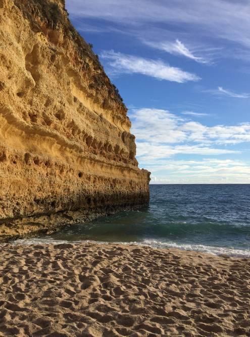 Вблизи скалы выглядят еще красивее. Кроме нас на пляже в 4 часа дня было всего человек пять