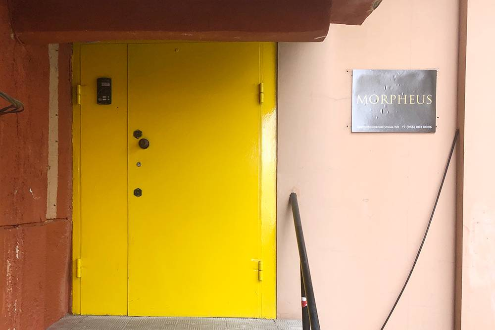 Предыдущую площадку гостям не всегда было просто найти, поэтому на новом месте дверь перекрасили в ярко-желтый, чтобы было заметнее. Потратили на это 3500<span class=ruble>Р</span>