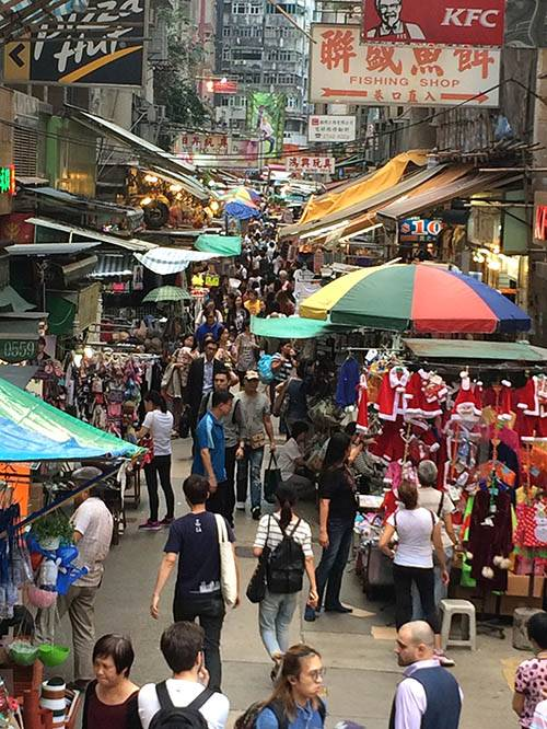 Базары в Гонконге тоже на каждом шагу