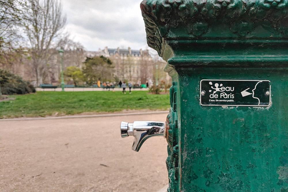 В каждом парке есть колонка с питьевой водой. Они выглядят по-разному, но всегда окрашены в зеленый цвет и имеют табличку Eau de Paris