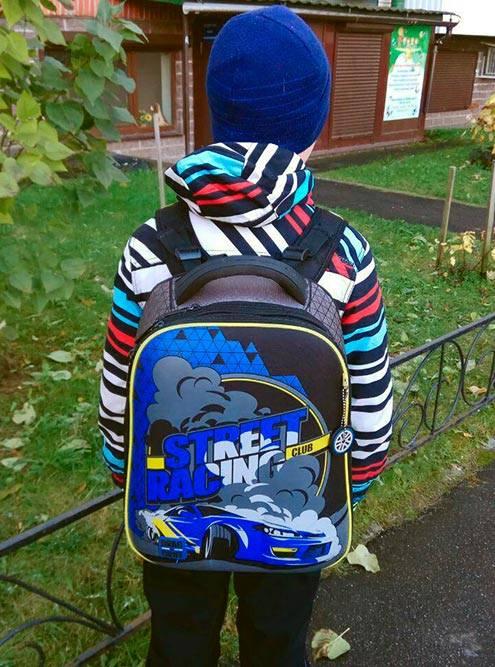 Ручка для переноски — из мягкого материала. На рюкзаке — яркие картинки, которые привлекут внимание окружающих. Яркая одежда — тоже важный элемент безопасности