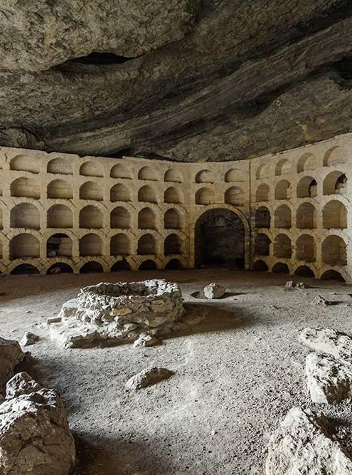 У Голицына в гроте была винотека. В каменных арках он хранил шампанское