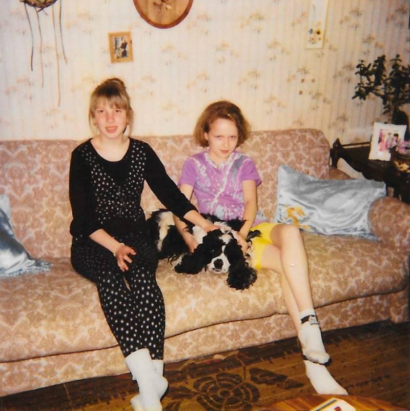 Мне 12 лет, я на снимке справа. Если приглядеться, можно увидеть мою косолапую левую ступню