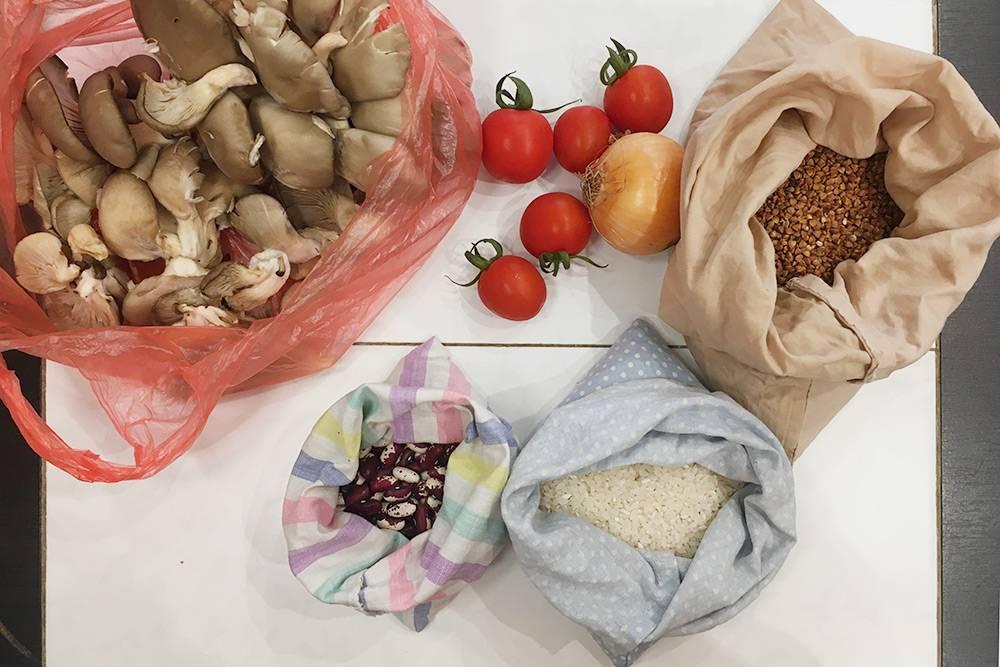 Мои покупки в первый день эксперимента: грибы, фасоль, рис, гречка, лук и помидоры