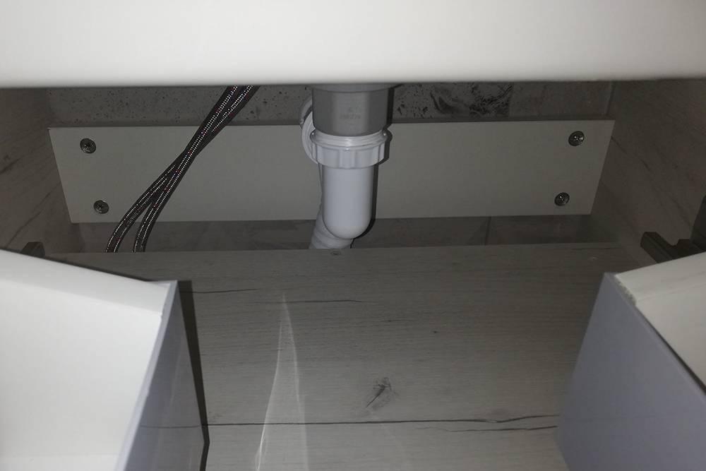В моем сифоне нет изогнутого колена, хотя он нужен: в нем стоит вода и не дает запахам из канализации проникнуть в квартиру. Но и безколена я пока их не чую